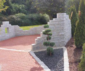 Granitmauer mit Klinkerbelag