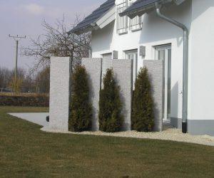 Sichtschutz-Granitstelen-Thuja