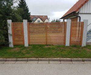 Sichtschutz aus Holz und Granit