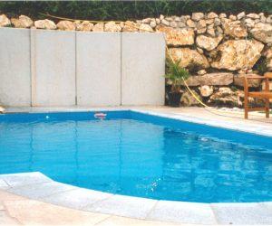 Swimmingpool mit Wasserfall