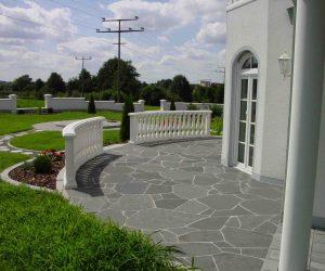 Terrasse Basalt mit Trittplattenweg, Geländer und Sitzplatz