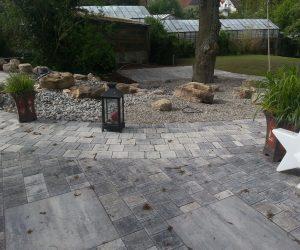 Terrasse mit Großformatplatten mit Pflasterkombination